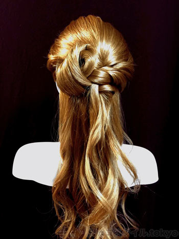 ベルの髪型手順3の解説補助をしています。