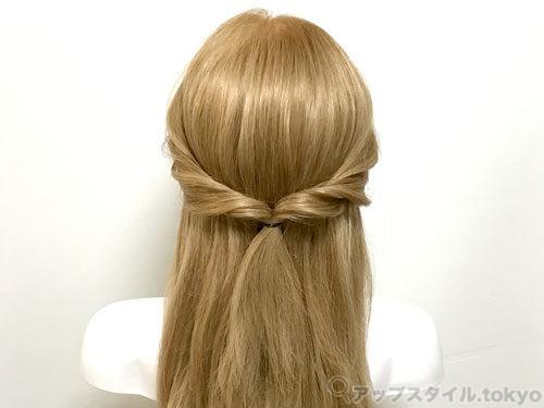 町娘ベルの髪型の手順1の解説補助をしています。