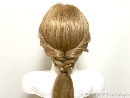 町娘ベルの髪型の手順2の解説補助をしています。