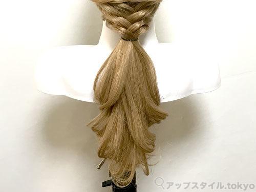 町娘ベル髪型の手順3の解説補助をしています。