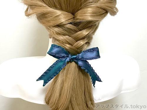 町娘ベルの髪型の完成の解説補助をしています。