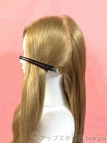 編み込みヘアアレンジのブロッキングを解説しています。