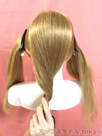編み込みヘアアレンジのブロッキングの解説をしています。