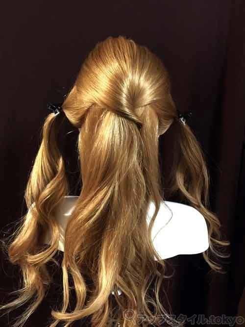 ベルの髪型手順1の解説補助をしています。