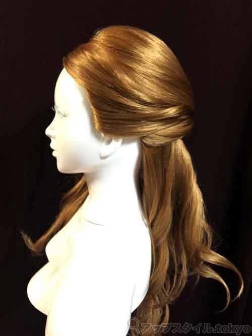 ベルの髪型手順2の解説補助をしています。